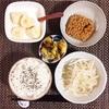 もやしサラダ、さつまいも煮、小粒納豆、バナナヨーグルト。