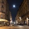 パリの街角、満月の夜。