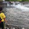 旭川市、辺別川で渓流釣り!なかなか様になってきた息子くんです。