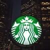 スターバックス、シアトル本社に巨大レインボーフラッグを飾る