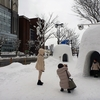人通り少ない昼の「かまくら」のまち 秋田・横手の雪まつり(3の1)