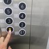 地震でエレベーターが停止したときにパニックにならない5つの方法