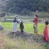 かかし達の乱立する畑・・・!京築アグリラインのとある畑は摩訶不思議な領域なのだ!