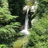 エメラルドグリーンの水。尾白川渓谷