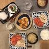 ごはん、鶏胸肉のオイマヨあえと薄切りトマト、切り干しと揚げの味噌汁、豆腐とレンコンのナゲット
