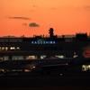 鹿児島空港と夕陽と日本航空機。