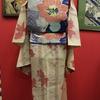 ベージュ色地縞に金魚と水草紗小紋×青地向日葵織絽名古屋帯