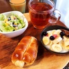 今日の朝食ワンプレート、どんぐりのちくわパン、紅茶、ソイプラス、レタスビーンズサラダ、バナナブルーベリーヨーグルト