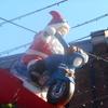 クリスマスマーケットの屋根の上のサンタがアクティブすぎて笑った