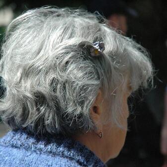 グレイヘアが注目される背景には、白髪染めの難しさもあるのかもしれない。
