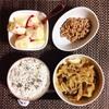 肉野菜炒め、小粒納豆、りんごバナナヨーグルト。