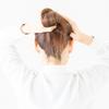 白髪染め。「地肌に染剤をつけずに、髪を根元から染めるテクニック」。 オシャレ染めにも有効、「ゼロテクニック(ゼロテク)」の方法。