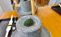 福寿園「宇治茶工房」で石臼抹茶作りを体験