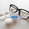 職場でメガネ禁止の女性たち