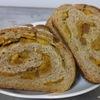 国産小麦と天然酵母で作る全粒粉100%にオレンジピールのパン