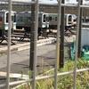 あの電車なんだろう?JRの車両センターに、色の淡い湘南新宿ライン?