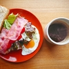 厚切りBLTサンドを頬張る贅沢朝食【トーストレシピ】