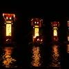 珠洲市鵜飼地区の「宝立七夕キリコ祭り」では切籠が海に入っていく