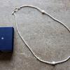 パールネックレスはエイジングサインをカバーする差し色|仰々しくならない長さと粒の大きさは?