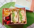 【お弁当】卵とハムとチーズのサンドイッチ弁当20181213