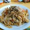 【今日の食卓】パッタイ、米粉麺の焼きそば。一番ポピュラーな、というかパッタイはセンヤイ(幅広麺)と相場が決まっている。センミー(極細麺)が大好きだけと、さすがにパッタイはこれ以外ないかな。 Pad Thai hor lunch. #タイ料理 #ThaiFood