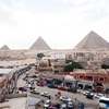 中年男性がエジプト、カイロのピラミッドでイブンバツータ・スカラベルージュ