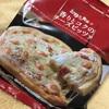 ファミリーマートの「お母さん食堂・香りとコクのチーズピッツァ」を食べる。