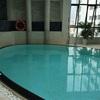 ホテルのプールとルーフトップバー