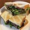 生ハムとレタスとパクチーのサンドイッチ