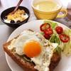 今日の朝食ワンプレート、エッグカレートースト、コーンスープ、バナナブルーベリーグラノーラヨーグルト
