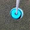 アメリカのゴルフ場はカップに工夫をしてプレイヤーがフラッグに触らないようにしています。