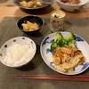 ごはん、えびとキャベツの炒め物とブロッコリー、大根の中華漬け