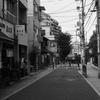 文京区本郷三丁目の坂道