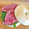 ローストビーフのベーグルサンド。ローストビーフもベーグルもシャロウパンで焼く/岡村牛/そらとくもと