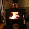 雨降る秋の夜に、少しの薪の炎で充分暖まる薪ストーブ