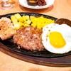 サイゼリヤ下総中山店@下総中山 チキングリルとハンバーグの盛合せ、アロスティチーニ、スープ入りトマト味ボンゴレ・他