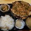 金沢市北町にあるお好み焼き屋さん、しげちゃんでボリュームたっぷりのモダン焼きを定食で。