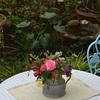 ガーデンテーブルに花活け