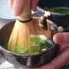 忍者茶碗で、お抹茶を立てる