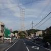 道路上の送電鉄塔