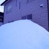 家の裏の雪山を崩す