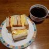 朝のコーヒーとオムレツサンド