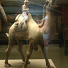 西安大唐西市博物館(その37:2階常設展㉔-4 胡人と駱駝の俑一組)