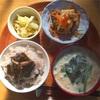 思わずお代わりしたくなる白菜の塩もみと昆布の佃煮。