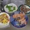 幸運な病のレシピ( 408 )朝:カツ・シシャモフライ・砂肝・餃子の餡のメンチ、鮭、煮しめ、グリーンピース卵焼き、ブタ塩ソテー、ピーマンブレイズ、煮しめ、後片付け