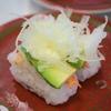 はま寿司で寿司を食べ、写真を撮った