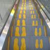 エスカレーター「歩かずに立ち止まる」問題ってさぁ。エスカレーターに大人と子供の足跡を記しておくだけでかなり解消すると思うんだよね。