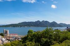 """""""神の島""""こと宮島を望む瀬戸内海沿いの街「広島・大野町」"""
