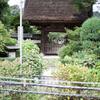 江ノ電の駅を挟んで見る極楽寺。知ってる人には分かる、昭和の時代が蘇るぜ!