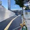 仮設道路と解体のビル